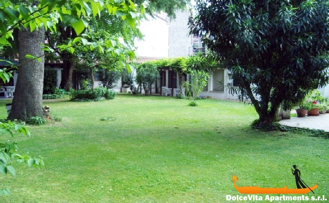 Apartamento en venecia con jard n apartamentos en for Jardines venecia