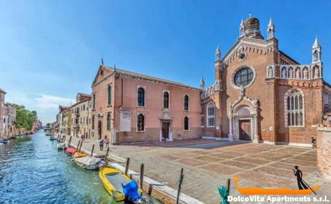 Apartamento en venecia con jard n y 2 habitaciones for Jardines venecia